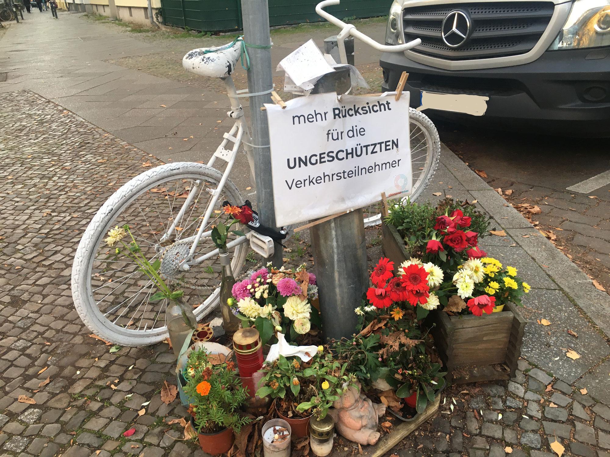 Weißes Fahrrad zur Erinnerung an tödlichen Verkehrsunfall