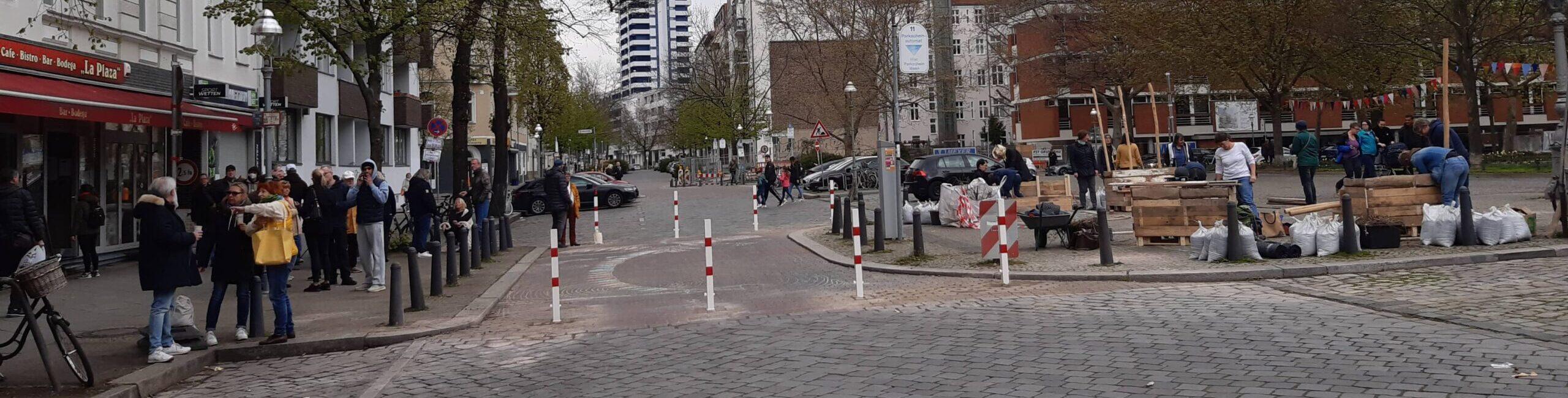 Leute vor der Fußgängervorstreckung an der Krumme Straße 38/39, 10627 Berlin.