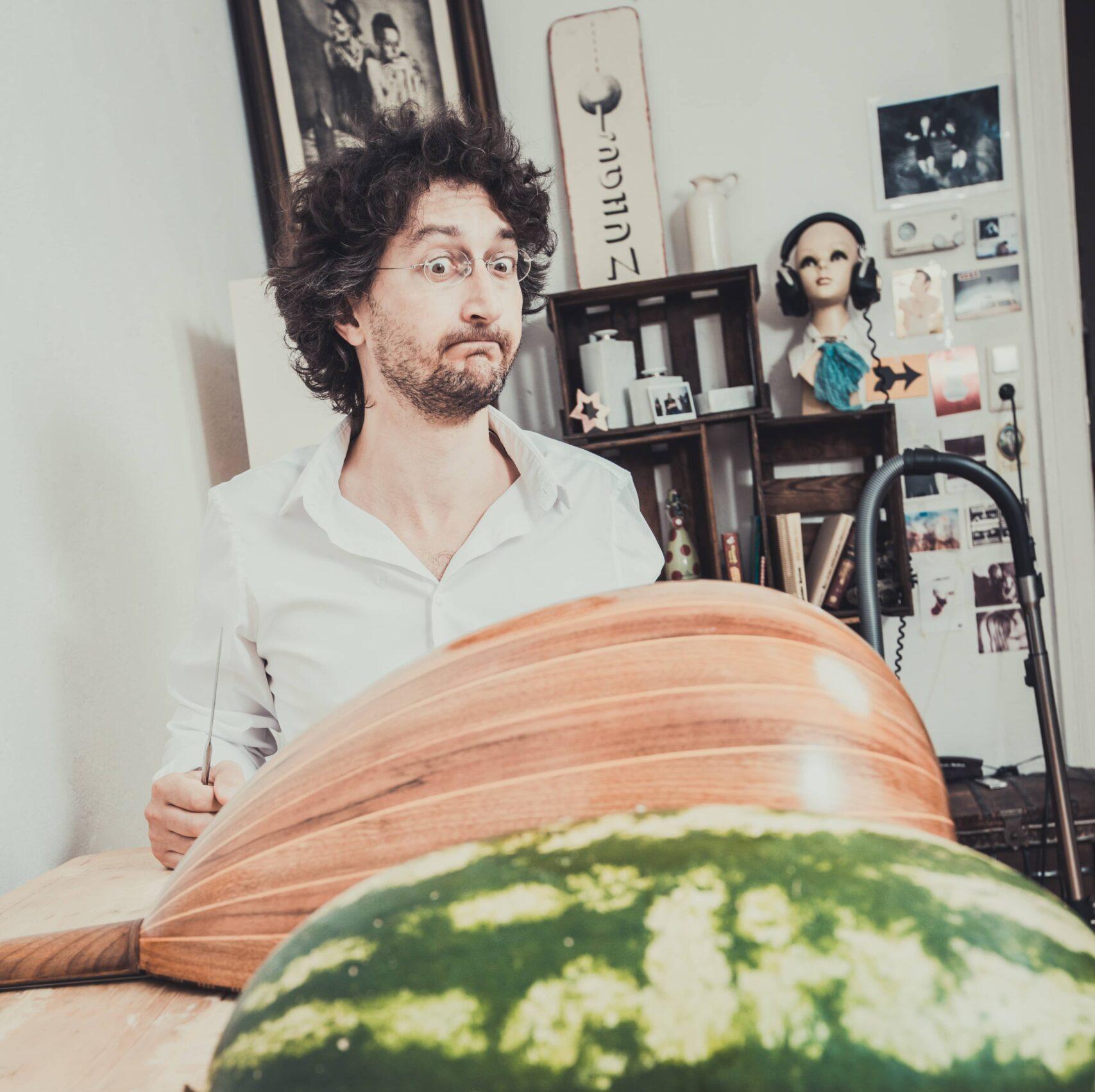 Andrea Mozzato mit Melonen